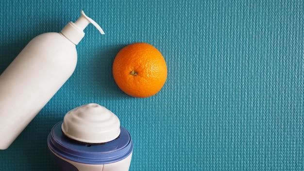 Masseur électrique pour la cellulite. masseur de massage lotion, orange et anti-cellulite sur fond bleu