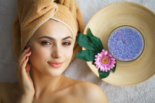 Masseur, faire, massage, tête, femme, salon spa