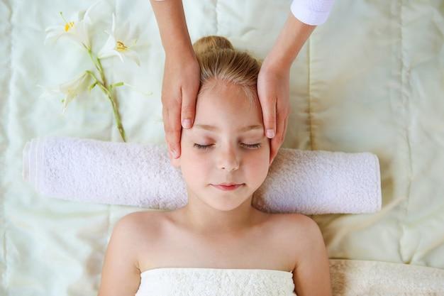 Masseur faisant le massage du visage à l'enfant.