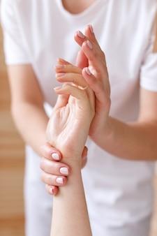 Masseur fait un client de massage des mains