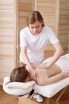 Masseur fait un massage du dos à la femme