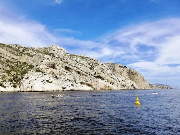 Massif des calanques entouré par la mer sous un ciel bleu et la lumière du soleil à marseille en france