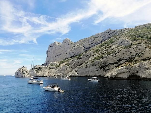 Massif des calanques entouré par la mer sous la lumière du soleil et un ciel bleu en france