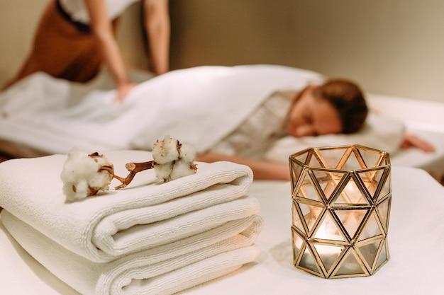 Massothérapeute et client dans un salon de massage spa procédure de bien-être