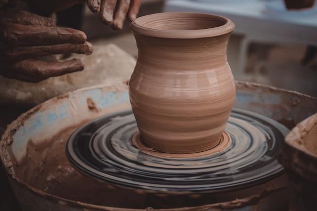 Master class sur le modelage de l'argile sur un tour de potier