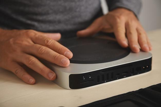 Master est prêt à démonter l'ordinateur personnel pour le mettre à niveau et le nettoyer