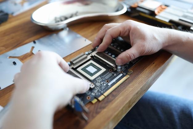 Master réparation de la carte vidéo en gros plan de l'atelier