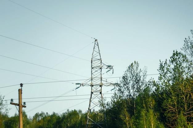 Mât de télécommunications contre le ciel bleu et le gros nuage blanc