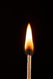 Match avec la flamme isolée