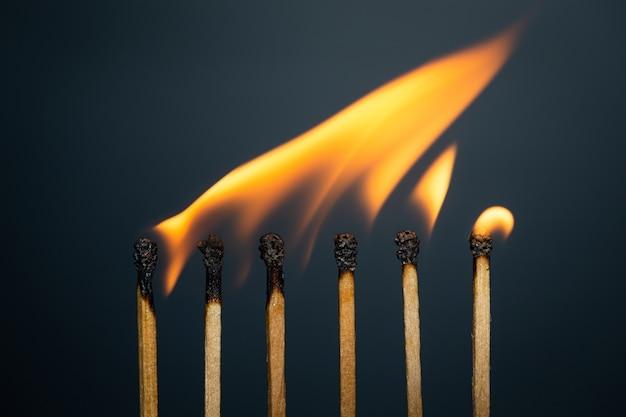 Match de groupe brûlant sur fond noir