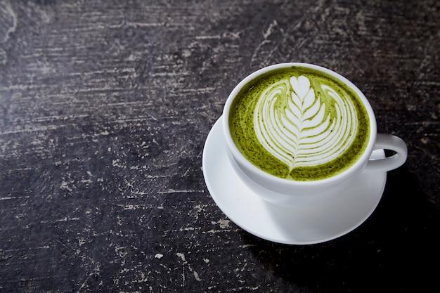 Matcha tea latte sur table noire