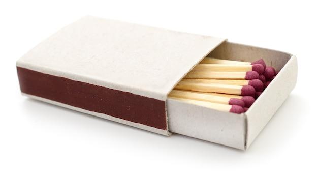 Matchs dans une boîte d'allumettes isolée