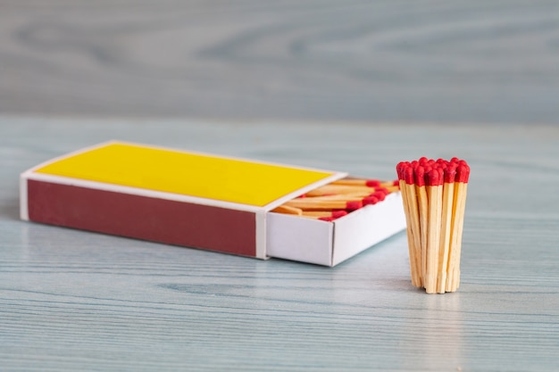 Matchstick sur la table en bois de couleur.