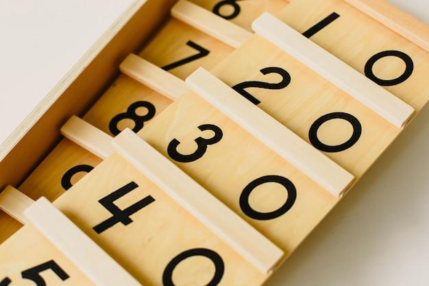 Matériau bois montessori, cours à l'école avec des barres de mathématiques
