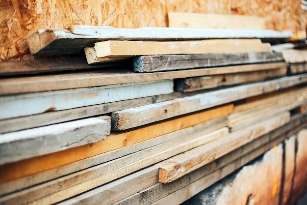 Matériau de construction - pile de vieilles planches de bois