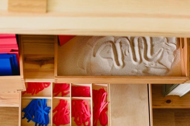 Matériaux montessori disposés dans la salle de classe