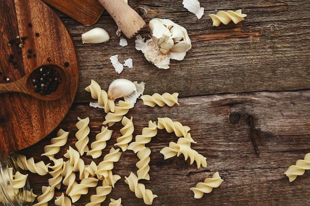 Matériel en bois sur le comptoir de la cuisine avec des épices
