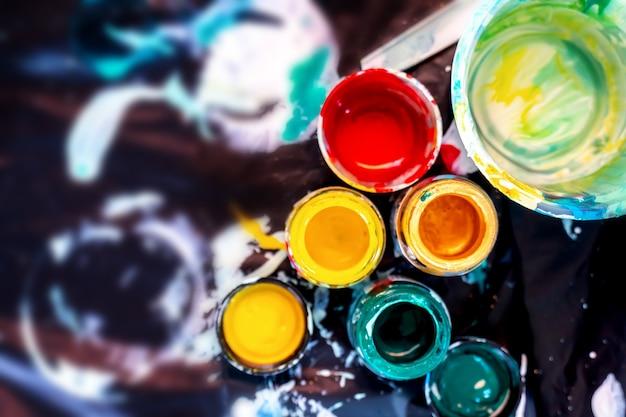 Matériel de coloration et de peinture. éducation et art créatif pour enfant. retour au concept de l'école.