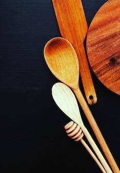 Matériel de cuisine en bois sur le comptoir de la cuisine