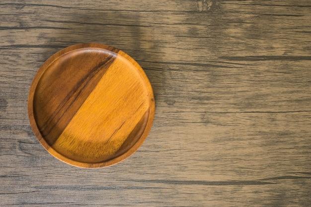 Matériel de cuisine en bois et cuit au four dans la cuisine