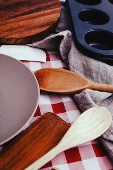 Matériel de cuisine sur le comptoir de la cuisine