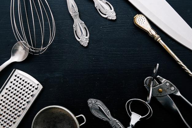 Matériel de cuisson métallique sur le comptoir de la cuisine