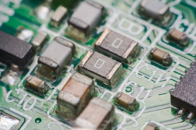 Matériel électronique agrandi. assemblage de résistances et de condensateurs sur le circuit imprimé