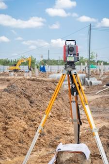 Matériel de géomètre système gps ou théodolite en plein air sur un chantier de construction.