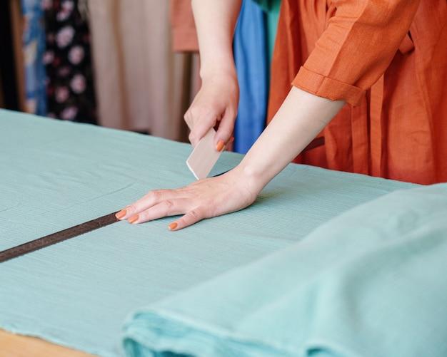 Matériel de marquage de créateur de mode féminin avec un morceau de savon avant de coudre des vêtements