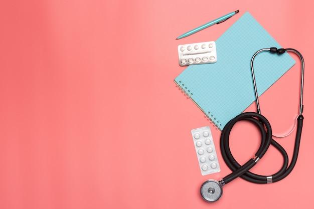 Matériel médical sur un fond pastel rose.