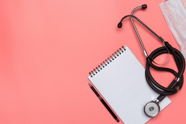 Matériel médical sur fond rose pastel.