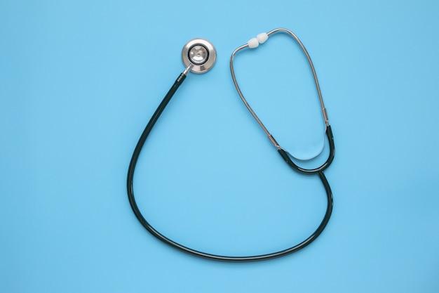 Matériel médical stéthoscope sur fond bleu concept de soins de santé