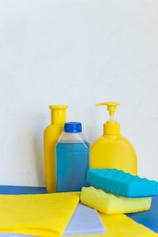 Matériel de nettoyage professionnel sur blanc