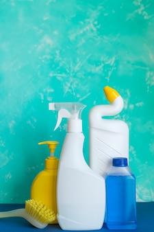 Matériel de nettoyage professionnel sur bleu