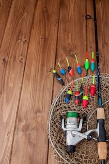 Matériel de pêche - flotteur de pêche de canne à pêche et leurres sur un bel espace en bois bleu, espace copie