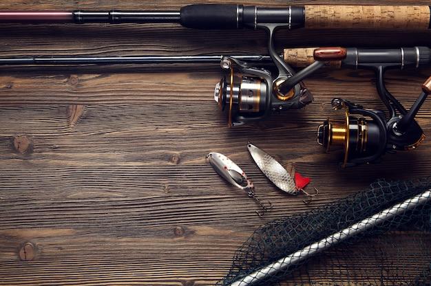 Matériel de pêche sur table en bois foncé