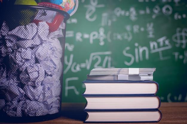 Matériel pédagogique, tableaux et livres concept d'éducation avec espace de copie