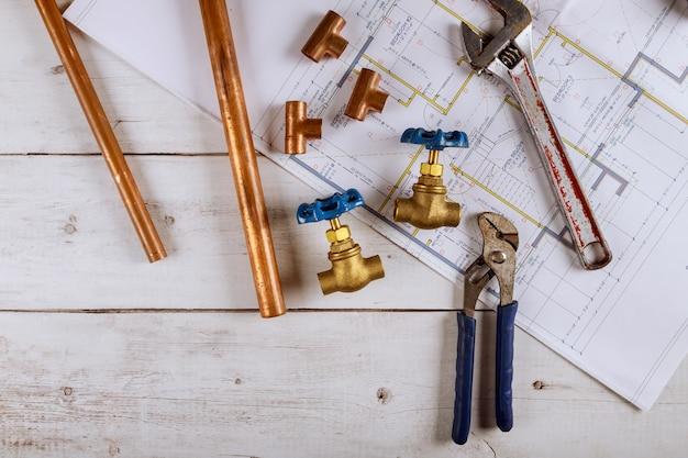 Matériel de plomberie sur la maison de la main la réparation des tuyaux de kit d'alimentation en eau clé à outils