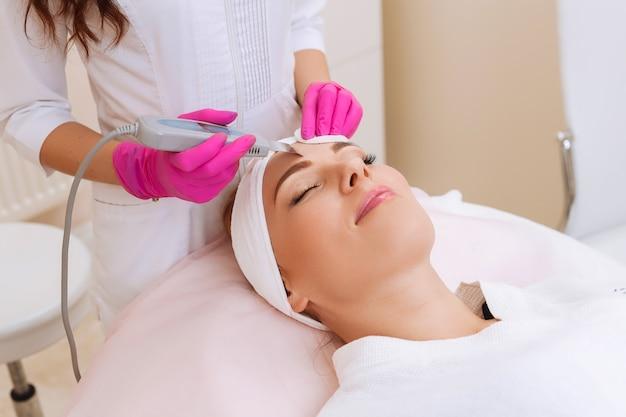 Matériel ultrasonique professionnel. soin de la peau.