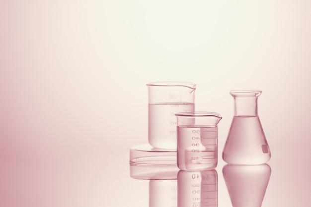 Matériel de verrerie de laboratoire assorti - image