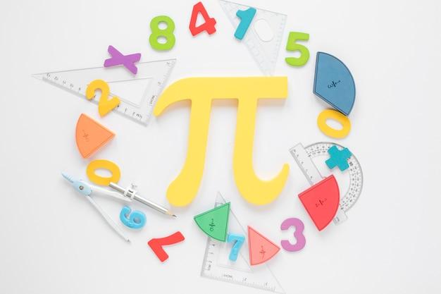 Mathématiques avec chiffres et symbole pi