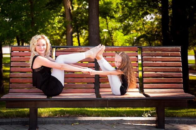 Mather et sa fille dans le parc.
