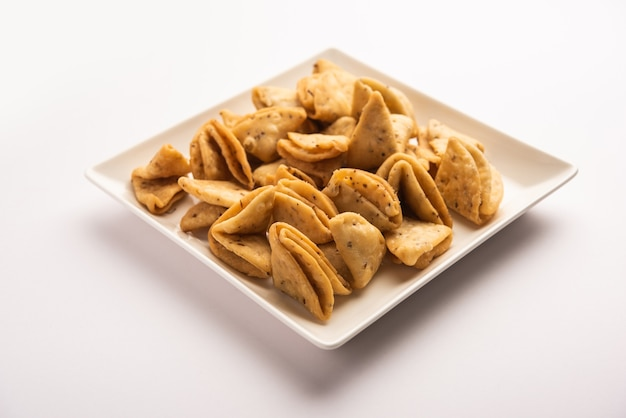 Mathri ou mathiya en couches ou en lanières est une recette de collation populaire que les gens apprécient avec du thé dans le nord de l'inde