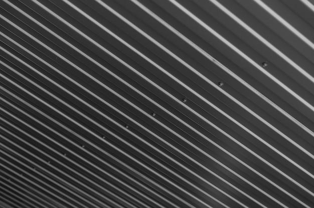 Matière ondulée sombre sur le toit, en diagonale