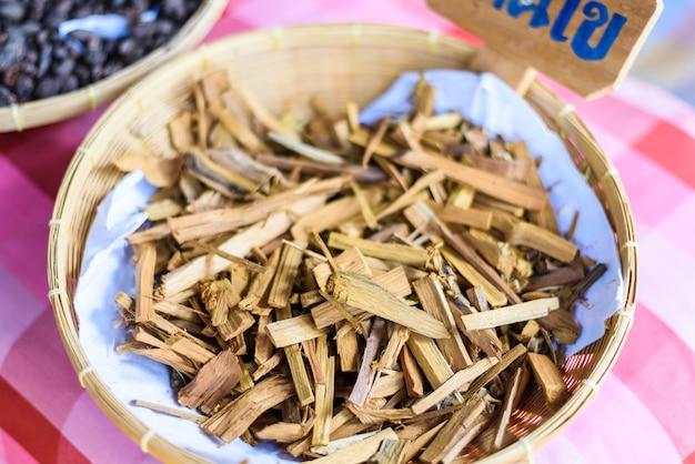 Matière première des colorants textiles naturels, croûte de garcinia dulcis, maclura cochinchinensis comer