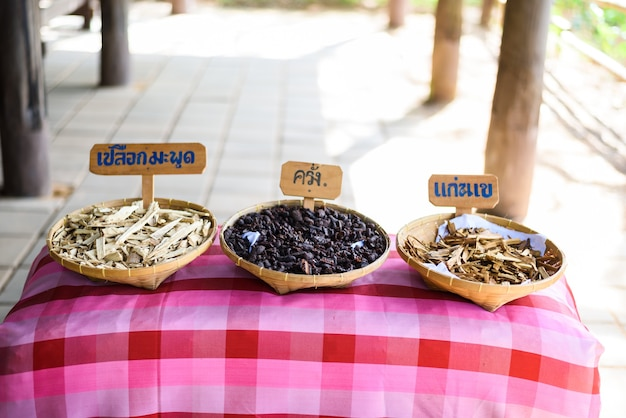 Matière première des colorants textiles naturels, shellac, croûte de garcinia dulcis, maclura cochinchinensis com