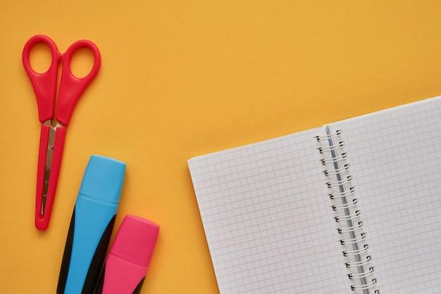 Matières scolaires sur fond jaune. retour au concept d'école. lay à plat, espace de copie