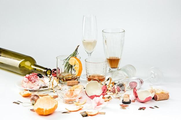Le matin après le jour de noël, table avec alcool et restes