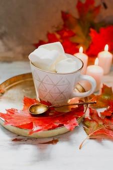 Matin d'automne confortable avec une tasse de café à la crème et feuilles d'automne concept d'automne et de vacances. plat poser vue de dessus