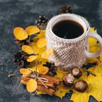 Matin d'automne ou d'hiver à la maison. tasse de café dans une veste en tricot.